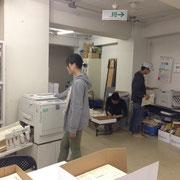 「仮設新聞」作りの作業風景