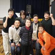 中村章二さん母、弟さんも囲んで、吉俣良さんと一緒に