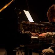 復興への願いを込めた吉俣さんの演奏。