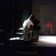 毎ステージ開演前に、遠藤さんが丁寧に調律を。