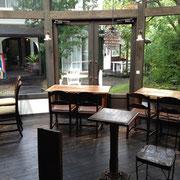 光が降り注ぐ多角形のカフェ