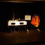 青木さんが作ってくれたテーブルと用意してくれた作業着をかけるステンダー