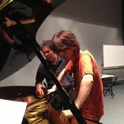 遠藤さんからピアノ修復の様子を聞く吉俣さん。