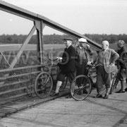 Kurze Rast an der Kanalbrücke
