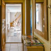 Der Flur zum Wohnzimmer, rechts ab befindet sich das Badezimmer