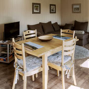 Im Wohnzimmer mit Esstisch und gemütlicher Sitzecke