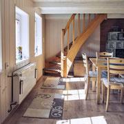 Das gemütliche Wohnzimmer mit der Treppe zum Schlafbereich