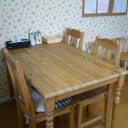 テーブルでは出席シールを貼ったりワークをしたり