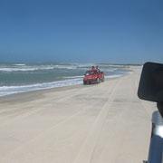 Gegenverkehr am Strand