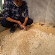 こちらは米ぬかとおからでつくる発酵肥料。ニワトリのえさにもなります。
