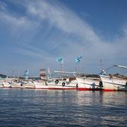 台船を止めるために祝島の船がバリケードを張る