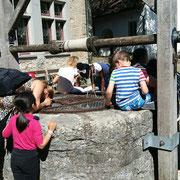 Der alte Ziehbrunnen zieht auch Kinder an