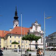 Rathausplatz mit Franziskaner Kirche