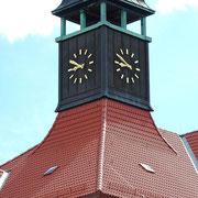 saniertes Dach mit Turmuhr