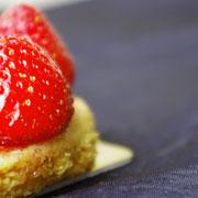 Tarte fraise revisitée, sablé breton, compotée de cerise, fraises fraîches