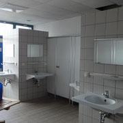 Waschraum mit Waschbecken-Säulen und Einzelduschkabinen © Naturcamping Zwei Seen