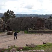 Qenqo: templo, piedra Jaguar y nichos para calendario.