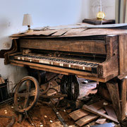 Decayed Piano House