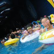 娘の友達連れてプールで子守。でも水の中は気持ちいい泳ぐに限る( ´・ω・)y─┛~~~oΟ◯