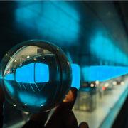Spiegelungen in der U-Bahnstation Hafencity Universität, Hamburg. Foto: ©Rita Helmholtz