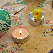 """""""Um nach dem Färben das Wachs leichter von der Schale zu wischen, erwärme es vorsichtig über der Kerze."""""""
