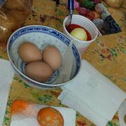 """""""Der Wachs ist aufgetragen, nun wird das Ei zum Färben in den Farbbecher gelegt."""""""