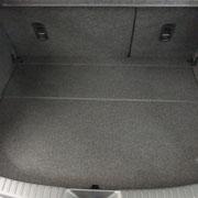 トランクにはフックがあり、荷物をひっかけたりするのに便利です