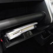 助手席インパネボックスの下に更に収納スペースが。