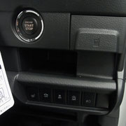 エンジンスタートボタン周り。