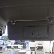 運転席・助手席両方のサンバイザーにライト付きのミラーがあります。