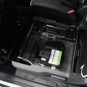 助手席の収納スペースをはずすと、下にはエネチャージに使用するリチウムイオンバッテリーが。