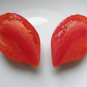 TOM 011 PSR Herztomate Riehen / Fleischige, herzförmige rote Tomate mit bis zu 700 g schweren Früchten. Das Fleisch ist Saftarm mit wenig Kernen. Zarte Haut. Späte Sorte, von mittlerer Haltbarkeit. Guter Geschmack.