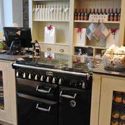 Delice Gusseisen-Ofen im Kassenbereich
