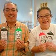 似顔絵ワークショップ ご夫婦でお互いを描いたネームタグを持って