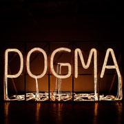 Dogma, 2006, Lichtschlauch, Holz, 500 x 250 x 250 cm
