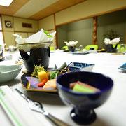 お食事は5,000円よりご用意いたしております。お飲み物・送迎などをセットにしたご法要プランがお得です。