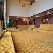 4. 明るく開放感のある本館ラウンジ・フカフカの絨毯が心地よい。研修の合間の休憩にはイチバン!