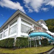 ①近くには湯ノ山温泉クアハウス!水着で入る14種類の浴槽やサウナ、温水プール、トレ   ーニングルーム、ウォータースライダーなどのクア施設がそろっています。