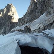 Schneebrücken verbinden den Gletscher mit dem Berg.