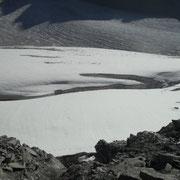 Im Gletscher sing riesige Spalten.