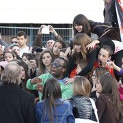 Youssoupha entouré de ses fans, devant le bateau NRJ à Cannes © Anik COUBLE