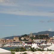 Quartier historique du Suquet à l'arrière plan - Cannes - 2007  © Anik COUBLE