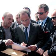 François Hollande et des  habitants de Vaulx en Velin © Anik COUBLE