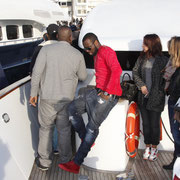 Alan Badaoui-Couble, sur le bateau NRJ à Cannes, avec Maitre Gims, au centre, en rouge © Anik COUBLE