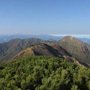 影火打・焼山・金山、山頂のみの雨飾、右奥に日本海