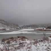 ほとんど凍ってる小女郎ヶ池