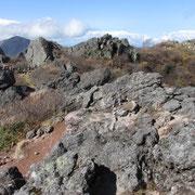 山頂、右奥が北峰