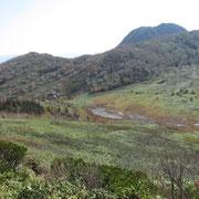 黒沢池、尾根は外輪山、奥に妙高