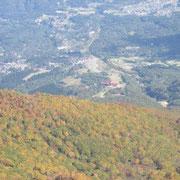 鎖場から見たゴンドラ駅方面と前山の紅葉