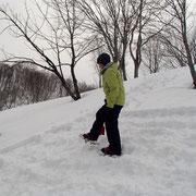 雪洞の上部になるところを踏み固めます